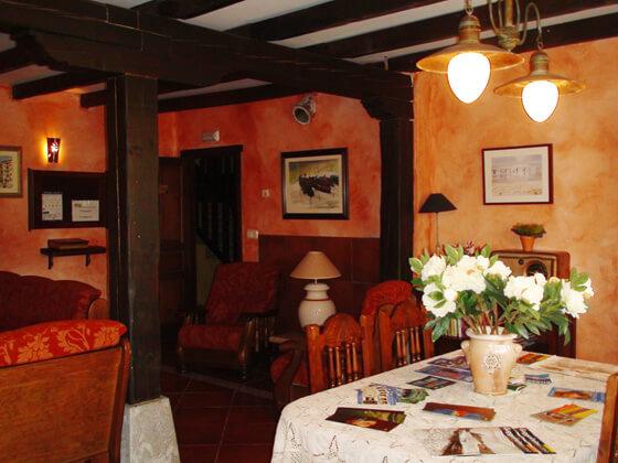 decoración interior casas rusticas:MERRUTXU: Casa rural en el País Vasco, en la costa de Bizkaia, Parque